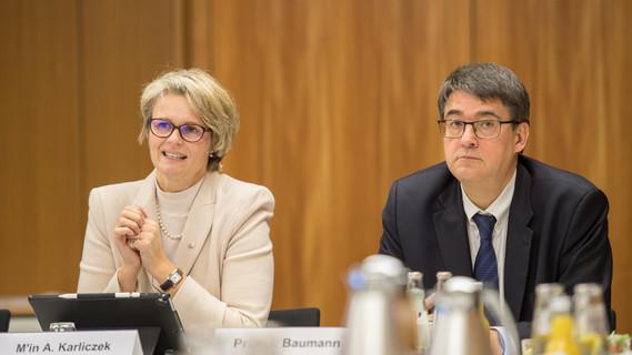 Anja Karliczek neben Michael Baumann, Direktor des DKFZ