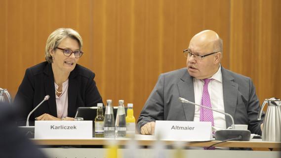 Anja Karliczek und Peter Altmaier diskutierten mit 18 Expertinnen und Experten