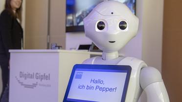 Er darf beim Digital-Gipfel nicht fehlen:&nbsp;Der humanoide Roboter&nbsp;Pepper. Er könnte eines Tages Pflegekräfte entlasten. Mehr dazu: <a href=&quothttps://www.bmbf.de/de/wissenschaftsjahres-2018-roboter-fuer-die-altenpflege-der-zukunft-6201.html&quot>Hier</a>.