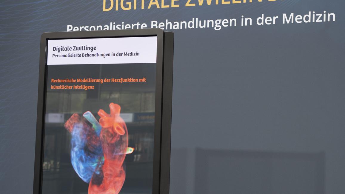 Ein weiteres Exponat: Ein Digitaler Zwilling des Herzens.&nbsp;Daran können Chirurgen Eingriffe üben.&nbsp;Mit&nbsp;Präzisionsmedizin basierend auf Künstlicher Intelligenz&nbsp;befassen sich auch Forschende am Leipziger Zentrum für computerassistierte Chirurgie (ICCAS). Sie entwickeln und erproben einen intelligenten Operationssaal. Mehr dazu: <a href=&quothttp://www.bmbf.de/de/der-intelligente-operationssaal-4312.html&quot>Hier</a>.