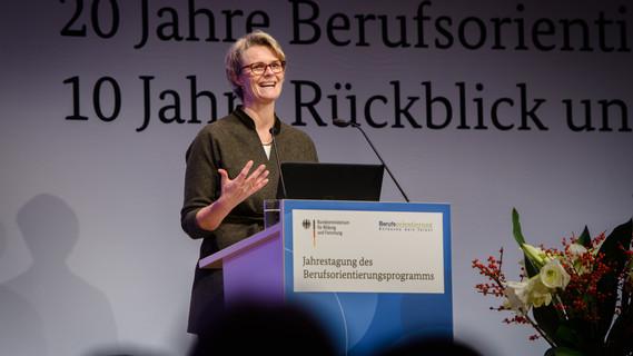 Zu 20 Jahre Berufsorientierung hält Ministerin Anja Karliczek die Eröffnungsrede bei der Jubiläumsveranstaltung in Berlin