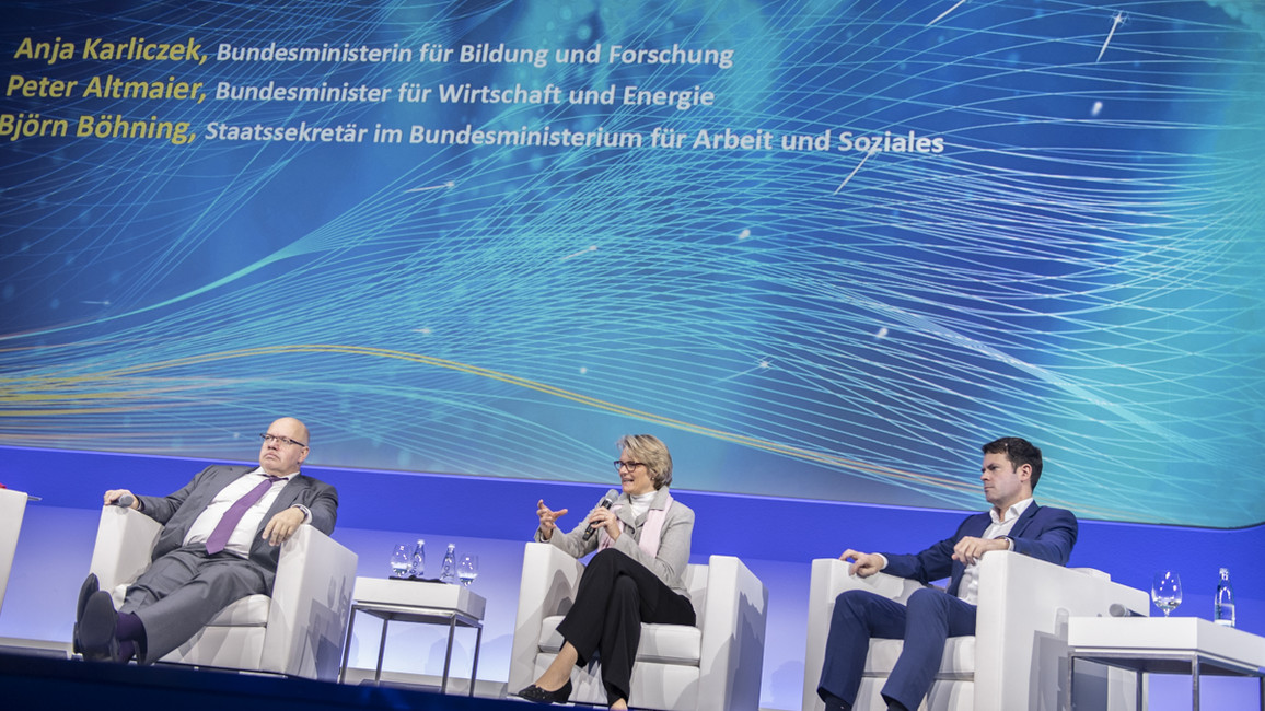 Wirtschaftminister Peter Altmaier, Bundesforschungsministerin Anja Karliczek und Björn Böhning, Staatssekretär im Bundesarbeitsministerium, stellen auf dem Digital-GipfeldieKI-Strategie der Bundesregierung vor.