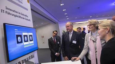 Bundesministerin Anja Karliczek besucht den Stand des Software-Campus.