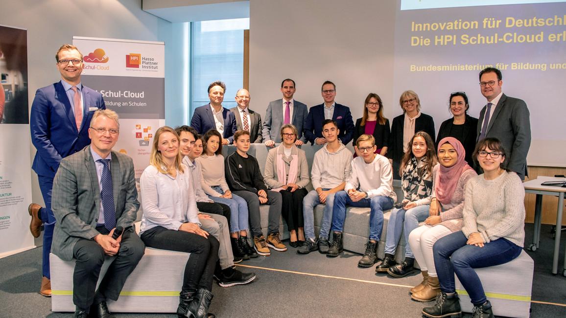 Die&nbsp;Schülerinnen und Schülern der 10c des Dürer Gymnasiums in Nürnberg testen seit einer Woche die <a href=&quothttps://www.bmbf.de/de/die-schul-cloud-digitale-lernangebote-fuer-den-unterricht-7479.html&quot>Schul-Cloud</a>.&nbsp;Beim Digital-Gipfel zeigen sie Bundesbildungsministerin Anja Karliczek, wie die Cloud das Lernen und Lehren erleichtern kann.