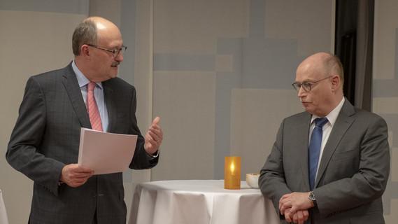 Michael Meister, Parlamentarischer Staatssekretär bei der Bundesministerin für Bildung und Forschung, während seines Grußworts im Rahmen der Vertragsunterzeichnung zu den Max Planck Schools. Neben ihm steht Martin Stratmann, Präsident der Max Planck Gesellschaft
