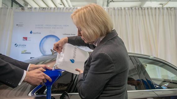 Johanna Wanka, Bundesministerin für Bildung und Forschung, betankt ihren Dienstwagen mit Kraftstoff, der mithilfe von CO2 gewonnen wird