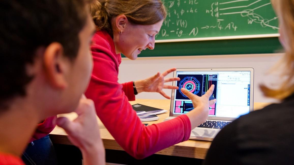 Echte Forschungsdaten vom CERN, vom IceCube-Detektor oder vom Pierre-Auger-Observatorium sind ein wichtiger Bestandteil von KONTAKT. So können sich die Jugendlichen direkt an der Forschung beteiligen.