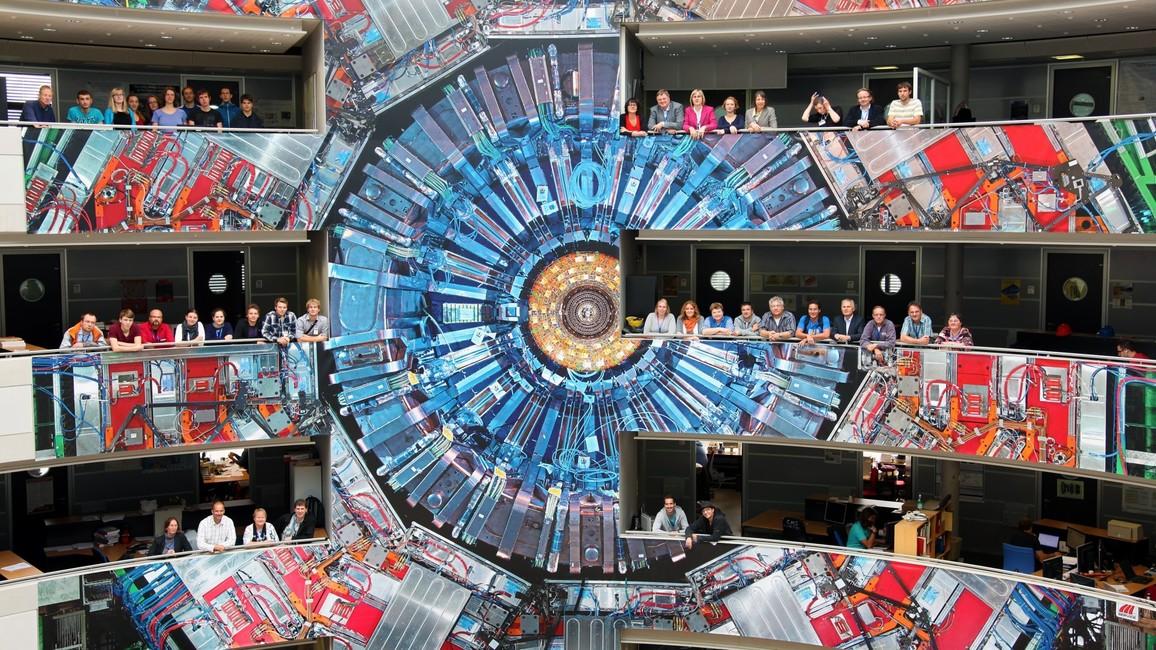 Kleinste Teilchen werden mithilfe von riesigen Detektoren wie am CERN in Genf erforscht. Das können Jugendliche und Lehrkräfte in den Projekten vor Ort besichtigen.
