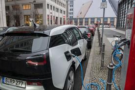 Ein Elektrofahrzeug ist an eine Ladestation angeschlossen.