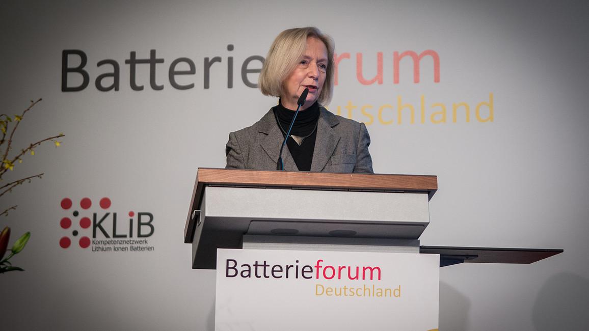 Johanna Wanka, Bundesministerin für Bildung und Forschung, spricht auf dem Batterieforum