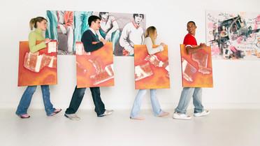 Junge Menschen in einer Gallerie