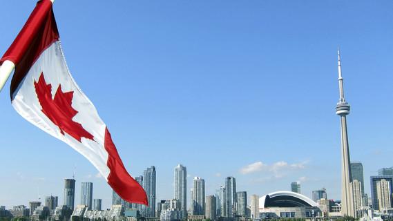 Die kanadische Flagge vor der Skyline von Toronto