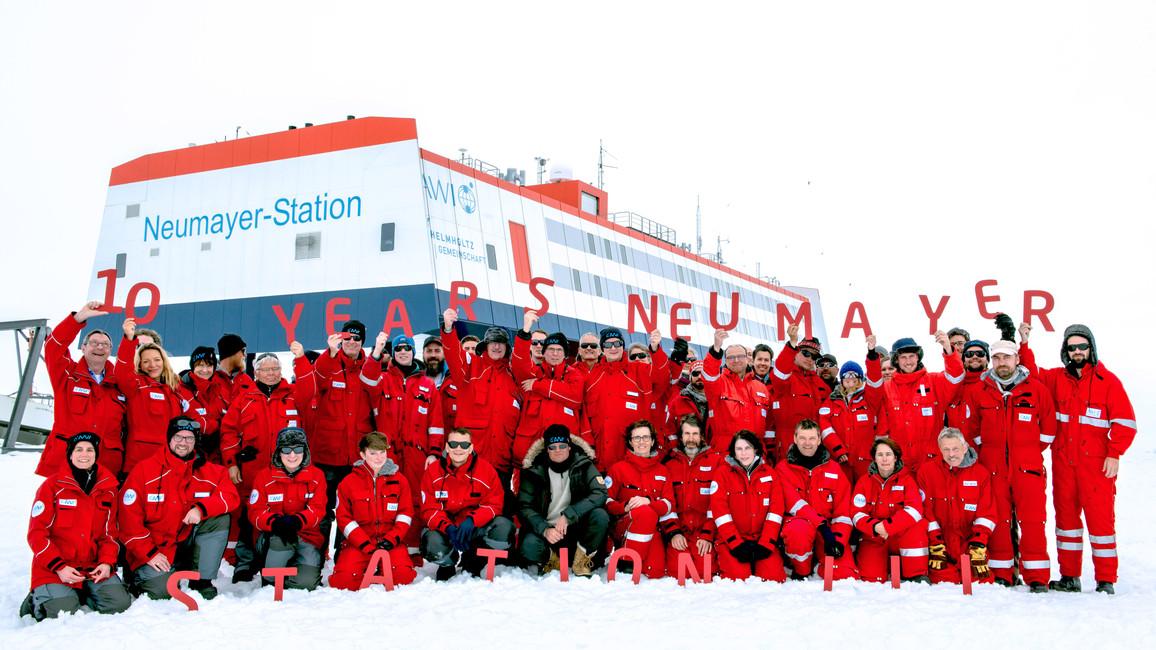 10 Jahre Neumayer-Station: Staatssekretär Michael Meister feiert mit der Besatzung.
