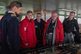 Delegationreise zur Neumayer-Station III. Die Delegation besucht Polarstern bei der Entladung. Helmholtz-Präsident Dr. Otmar Wiestler (2. v.l) DLR-Direktor Prof. Dr. Stefan Dech (3. v.l), BMBF-Staatssekretär Dr. Michael Meister (4.v.l), KIT-Päsident Prof. Dr. Holger Hanselka mit Kapitän Moritz Langhinrichs (ganz links).