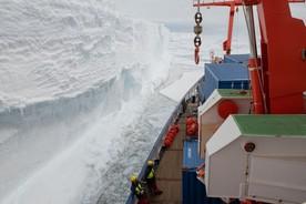 Polarstern bei der Entladung an der Schelfeiskante der Atka-Bucht, etwa 20 Kilomter entfernt von der Neumayer-Station III.