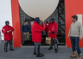 Dr. Michael Meister und Prof. Dr. Otmar Wiestler starten einen Wetterballon an der Neumayer-Station.