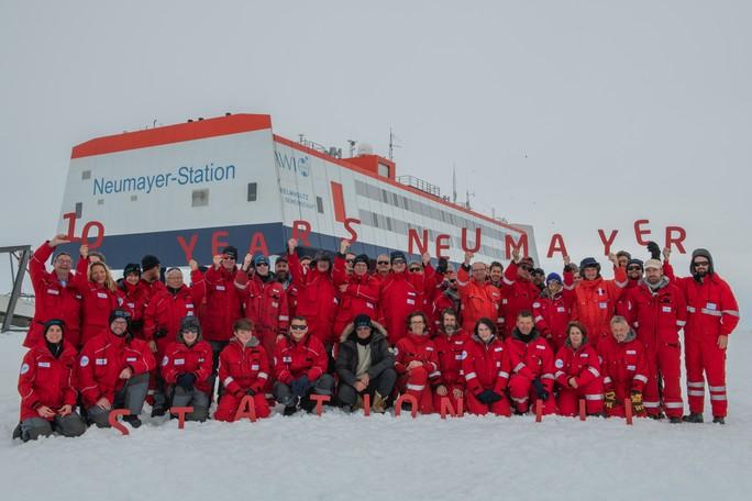 Happy Birthday, Neumayer-Station III: Vor 10 Jahren wurde die beeindruckende Station in der Antarktis gebaut. Glückwünsche überbrachten u.a. AWI-Direktorin Antje Boetius (obere Reihe 2. vl), UBA Präsidentin Maria Krautzberger (obere Reihe 3. vl), BMBF-Staatssekretär Michael Meister (Mitte unter dem &quotR&quot), KIT-Vorstand Holger Hanselka (Mitte unter dem &quotS&quot), Helmholtz-Präsident Otmar Wiestler (Mitte unter dem &quotN&quot)