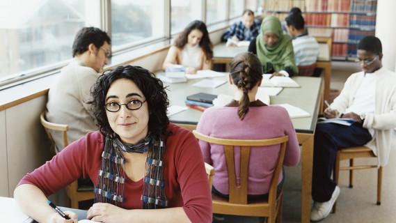 Ältere Studenten in einer Universitätsbibliothek