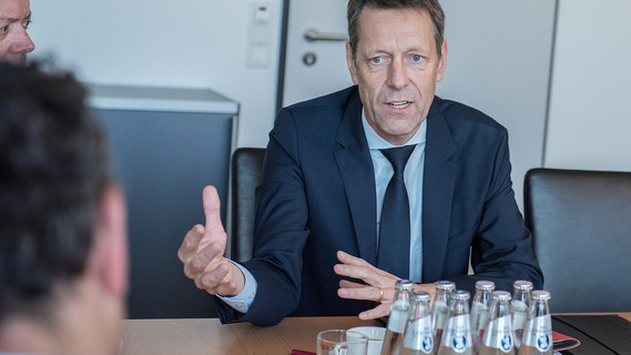 Dr. Georg Schütte, Staatssekretär im BMBF, im Gespräch mit Vertretern von NGOs