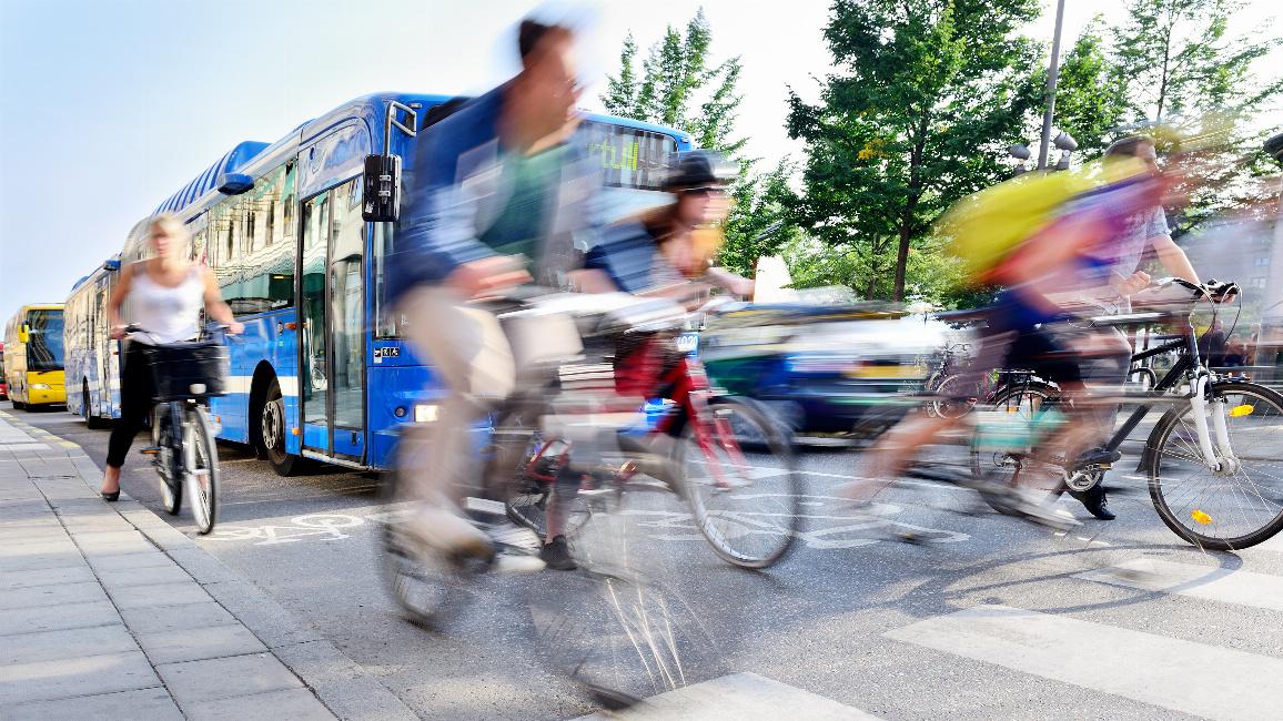 Verwischte Radfahrer im Verkehr