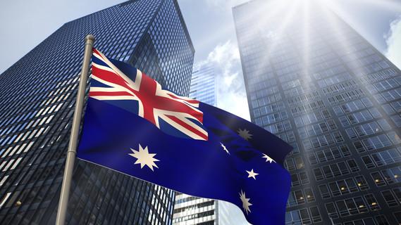 Die australische Flagge weht vor Bürogebäuden