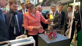 Poster zum Video BM Karliczek besucht Fraunhofer IWU Dresden