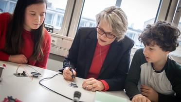 Die letzten zwei Kabel am Synthesizer lötete Bundesministerin Anja Karliczek selbst an.