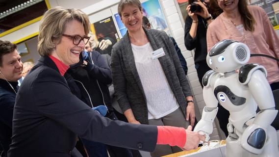 Mit 'Hallo, Frau Karliczek!', begrüßte Naomi die Bundesministerin.