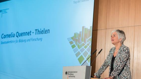 Cornelia Quennet-Thielen, Staatssekretärin im Bundesministerium für Bildung und Forschung, spricht auf der Abschlussveranstaltung vom Tag der Talente 2015