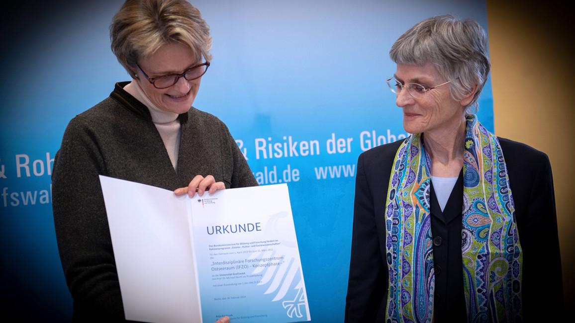 Bundesforschungsministerin Anja Karliczek besuchte die Universität Greifswald und übergab einen Förderbescheid