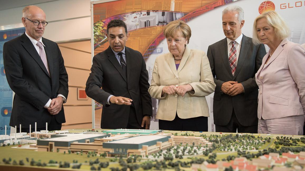In Begleitung der Bundeskanzlerin besucht Johanna Wanka infineon in Dresden