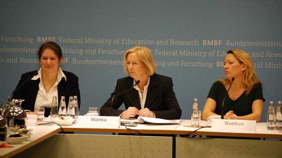 Johanna Wanka mit Melanie Bergmann und Antje Boetius auf einer Pk
