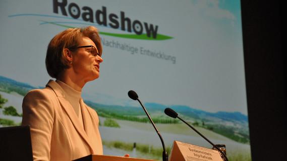 BM Anja Karliczek hat heute in Emsdetten kommunale Vertreter aufgerufen, verstärkt mit Forschenden für Klimaschutz und Nachhaltigkeit zu kooperieren. Die BMBF-Roadshow präsentiert Kommunen erforschte Modelle nachhaltigen Wirtschaftens zur Nachahmung.