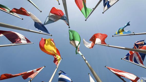 Flaggen von verschiedenen Nationen.