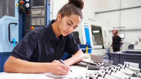 Eine Ingenieurin zeichnet eine Projektskizze.