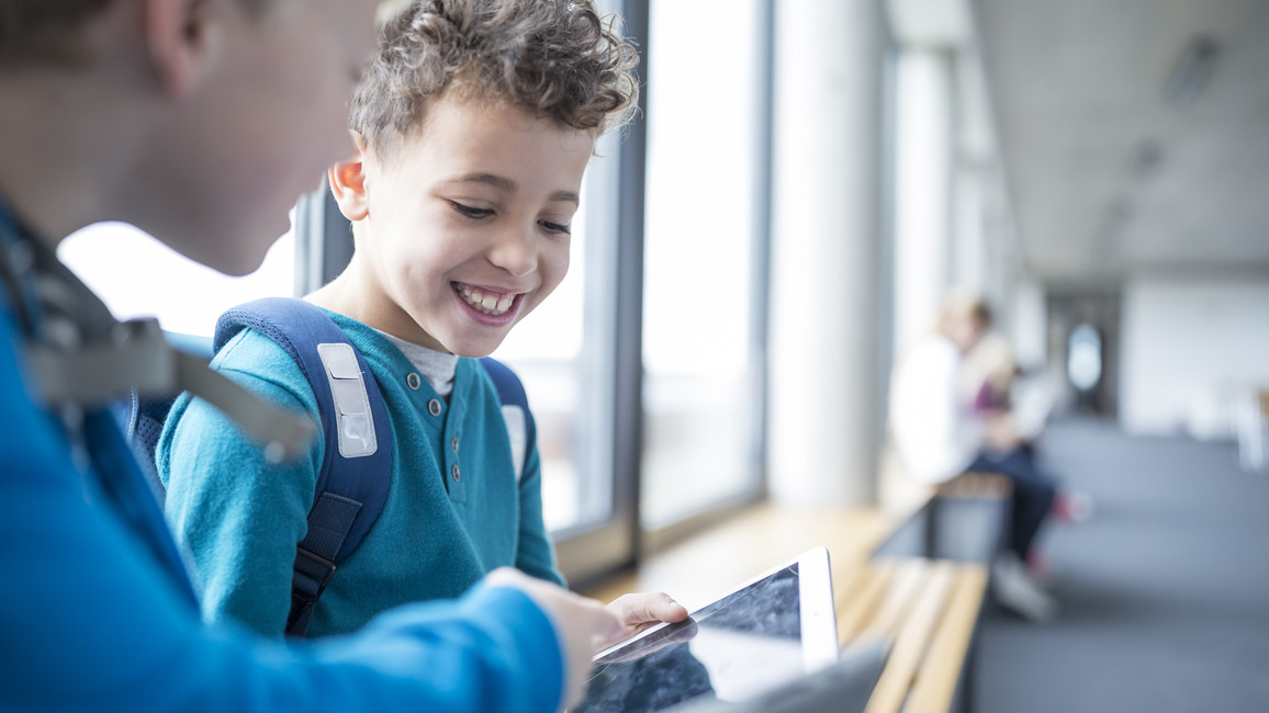 Mit den 5 Milliarden Euro sollen infrastrukturelle Grundlagen für die Umsetzung des DigitalPakts Schule geschaffen werden. Die dafür nötige Grundgesetzänderung ist auf einem guten Weg. Nach dem Beschluss des Bundesrats Mitte März sollen Bund und Länder den DigitalPakt unterzeichnen. Die ersten Maßnahmen könnten noch in diesem Jahr starten.
