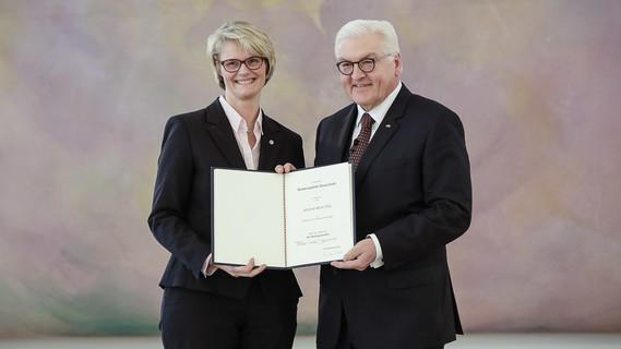 """Am 14. März 2018 wurde Anja Karliczek als Bundesministerin für Bildung und Forschung ernannt und vereidigt. Zu ihrem Amtsantritt sagte sie: """"Mein Ziel ist, Bürgerinnen und Bürgern zu zeigen, dass Forschung und Innovationen mehr Lebensqualität bedeuten können und den persönlichen Alltag in jedem Alter einfacher machen können."""""""
