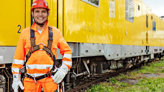 Dmitry Gladchenko kam 2011 aus Kasachstan nach Deutschland. Frustriert von einem Gelegenheitsjob entschied er sich im Mai 2013 für das Anerkennungsverfahren. Heute arbeitet er in seinem Traumjob als Elektroanlagenmonteur.
