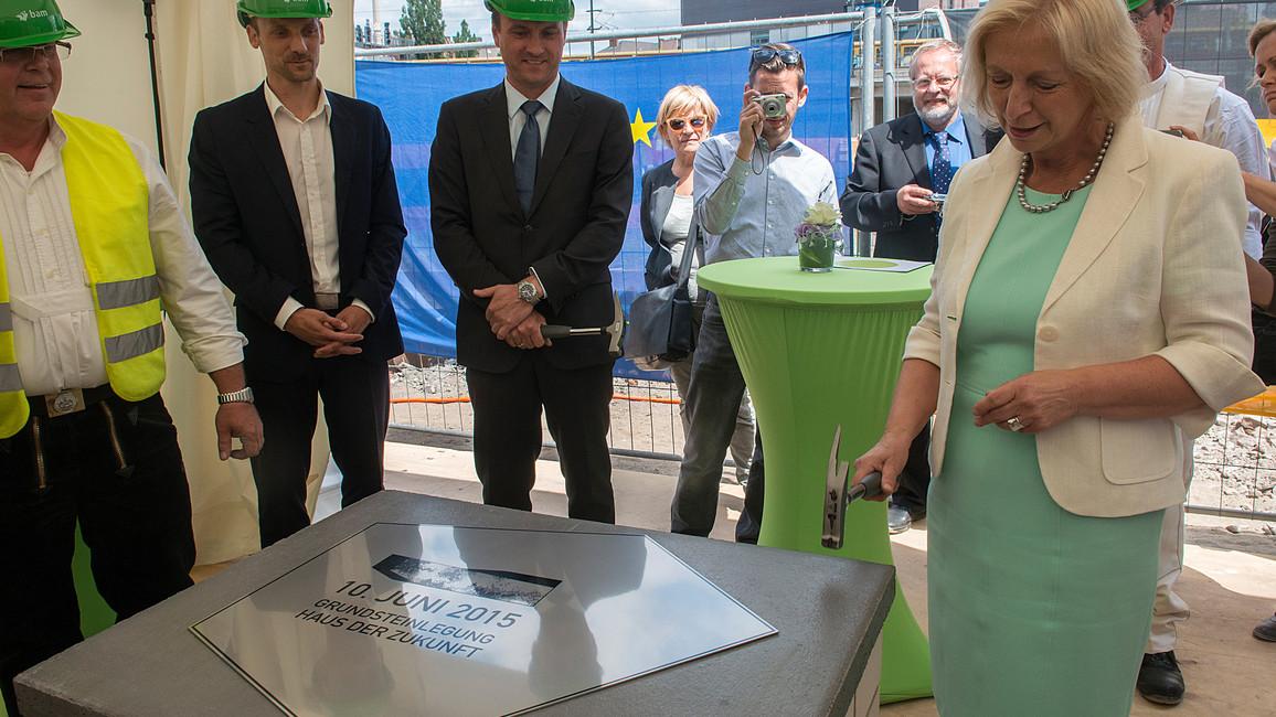 Die Grundmauern stehen bereits: Johanna Wanka auf der Baustelle in Berlin.