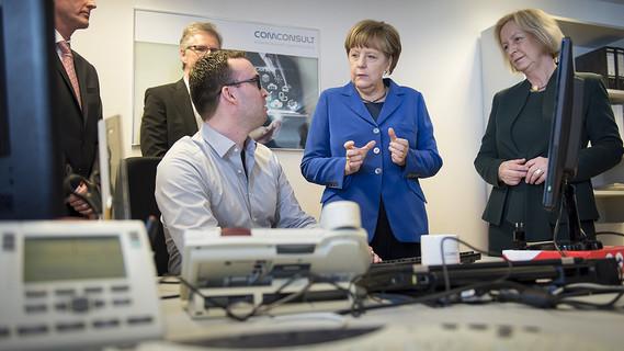 Johanna Wanka und Angela Merkel beim Unternehmen ComConsult, Partner des Jobstarter plus-Projekts 'Switch' in Aachen.