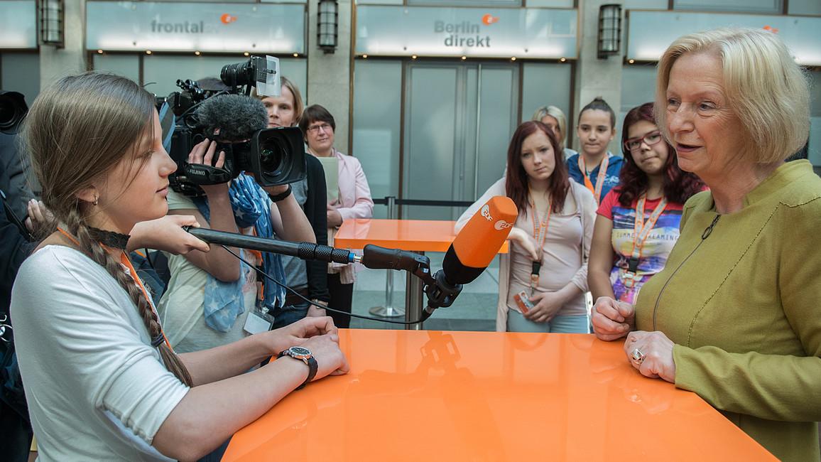 Kameras, Mikrofone und meterweise Kabel: Am Girls' Day sollen Mädchen in die Welt der Technik schnuppern. Bundesbildungsministerin Johanna Wanka hat sich Zeit genommen, um Rede und Antwort zu stehen.