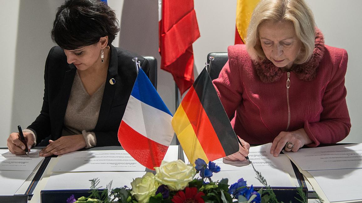 Deutsch-französische Zusammenarbeit vertiefen: Die Forschungsministerinnen Najat Vallaud-Belkacem und Johanna Wanka unterzeichnen die Ressorterklärung.