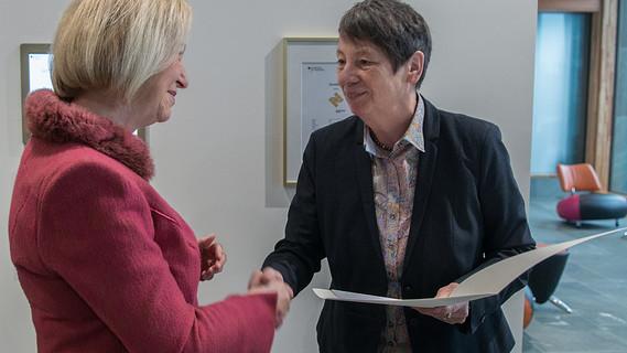Auszeichnung in Gold: Bundesumweltministerin Barbara Hendricks überreicht die Urkunde an Bundesforschungsministerin Johanna Wanka.