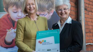 Besonderes Engagement in der Sprachförderung von Kindern und Jugendlichen: Johanna Wanka mit Schulleiterin Birgit Nicolas.