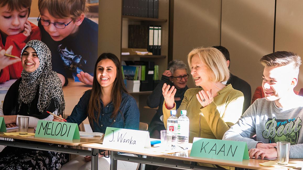 Sprachkompetenz wird hier besonders gefördert: Johanna Wanka mit Schülern des Ernst-Abbe-Gymnasiums in Berlin Neukölln.