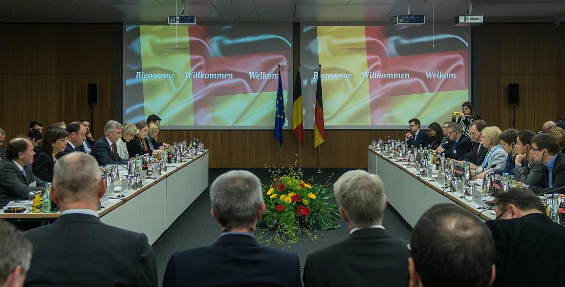 Die duale Berufsausbildung in Deutschland zum Vorbild nehmen: Die belgische Delegation um König Philippe in der Diskussion mit deutschen Fachleuten im Bundesbildungsministerium in Berlin