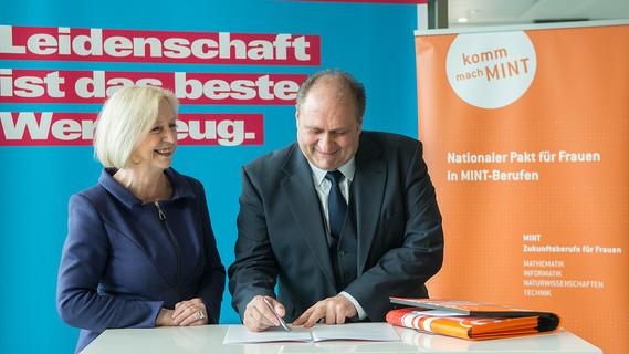 Johanna Wanka und ZDH-Präsident Hans Peter Wollseifer bei der Unterzeichnung des Memorandums.