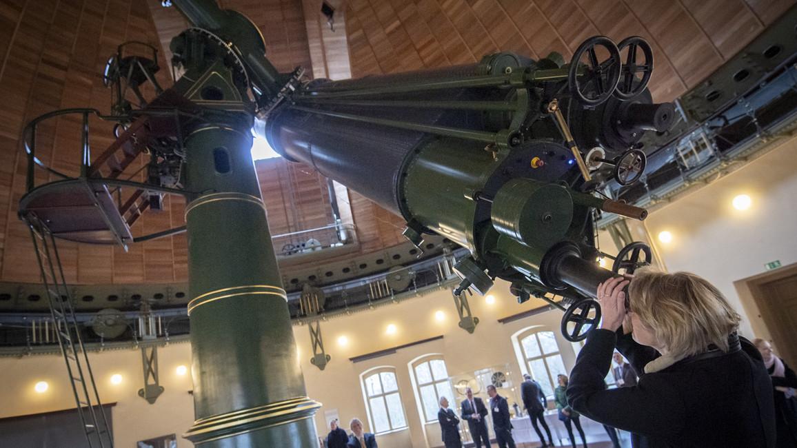 Im Rahmen der Länderreise nach Brandenburg besuchte Bundesministerin Anja Karliczek den die Forschungseinrichtungen auf dem Telegrafenberg in Potsdam. Besonders faszinierend fand sie dabei den Refraktor.