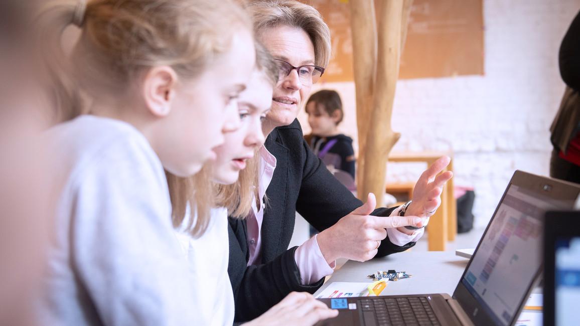 Anja Karliczek ließ es sich nicht nehmen, gemeinsam mit den Mädchen eine Klangfolge zu programmieren.