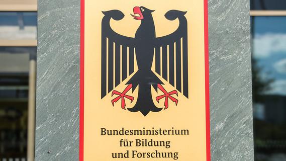 Schild am Eingang des BMBF am Dienstsitz Berlin